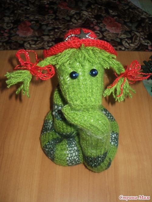Очень веселая змейка с косичками, просто выглядит как хулиганка.  Она отлично может стать елочной игрушкой и...