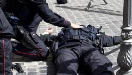 Подозреваемый при задержании в российской столице ударил полицейского ножом